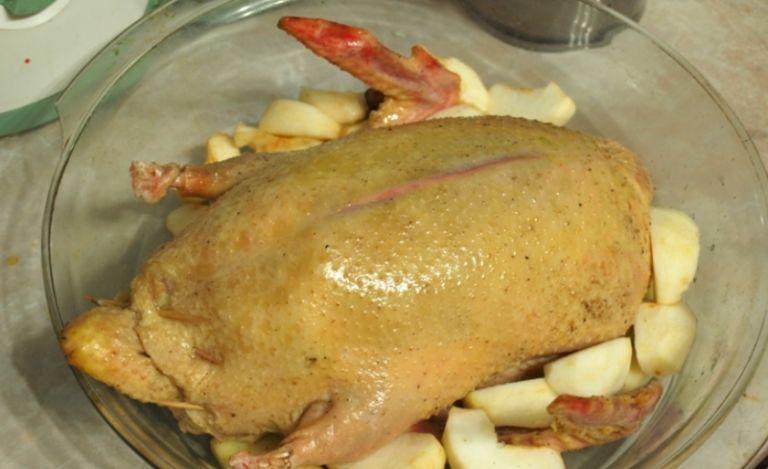 Утка с черносливом в духовке - рецепты приготовления в домашних условиях