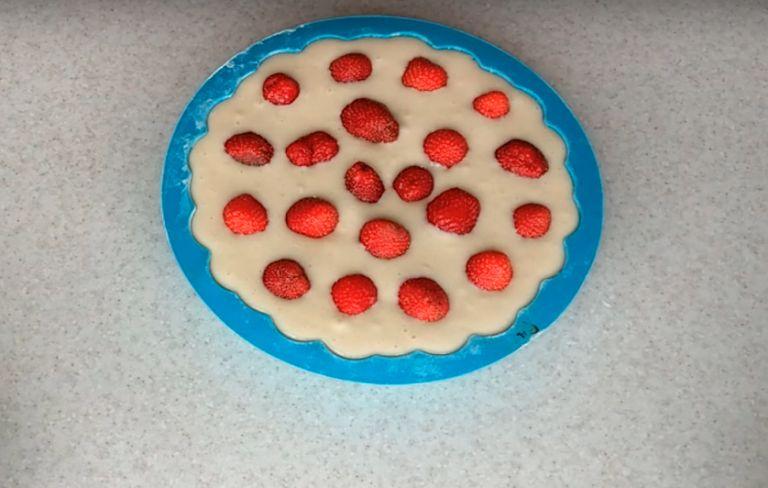 Заливной пирог с клубникой: 5 простых рецептов приготовления в домашних условиях