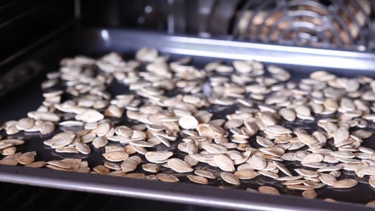 Как пожарить тыквенные семечки правильно? Рецепты на сковороде, в микроволновке и в духовке