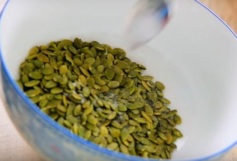 Как вкусно пожарить семечки в духовке на противне? Рецепты жарки тыквенных и подсолнечных семечек