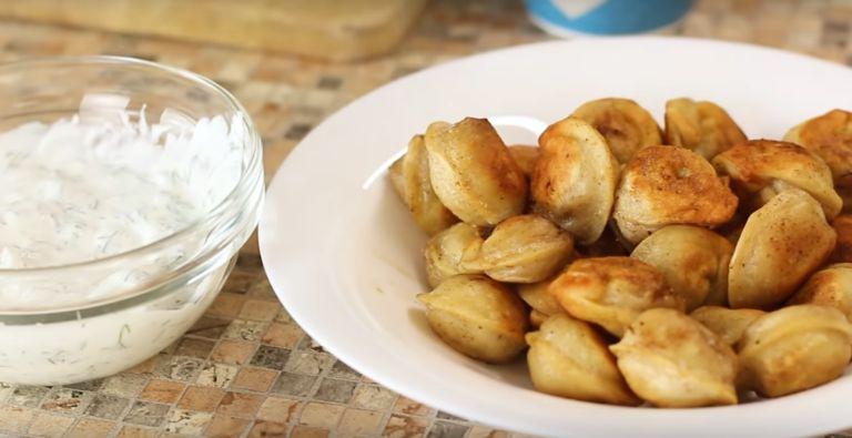 Как правильно жарить замороженные пельмени на сковороде? 7 рецептов жареных пельменей
