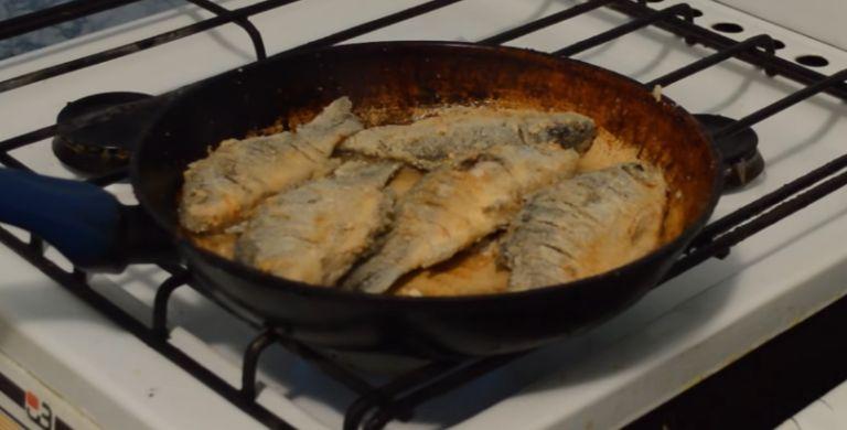 Как пожарить карася на сковороде, чтобы не было костей?